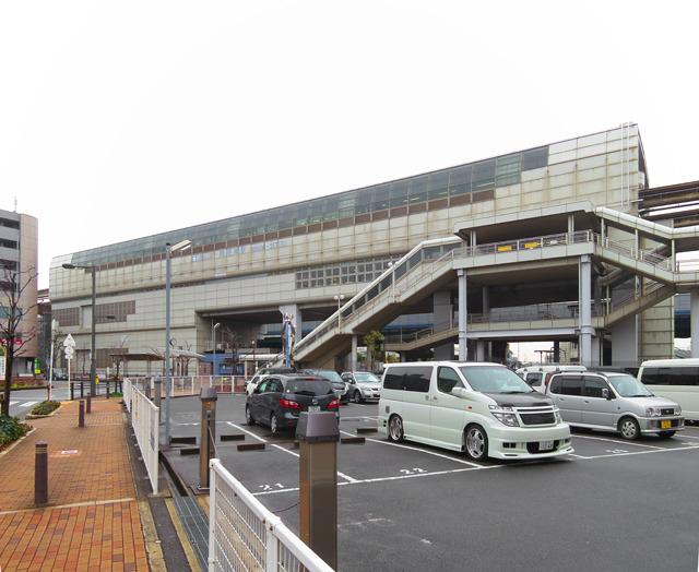 大阪モノレールにはよく乗るが(もちろん千里の団地見に行くためにだ)この駅では初めて降りた。こうして見るとモノレールの駅舎って高いところですごい存在感をはなってる。