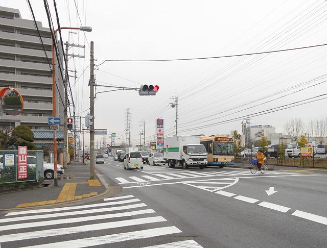 自宅から遠く離れた大阪は摂津だが、駅周辺は典型的な郊外の風景で落ち着く。やっぱりこういう光景がすき</a>だなー。