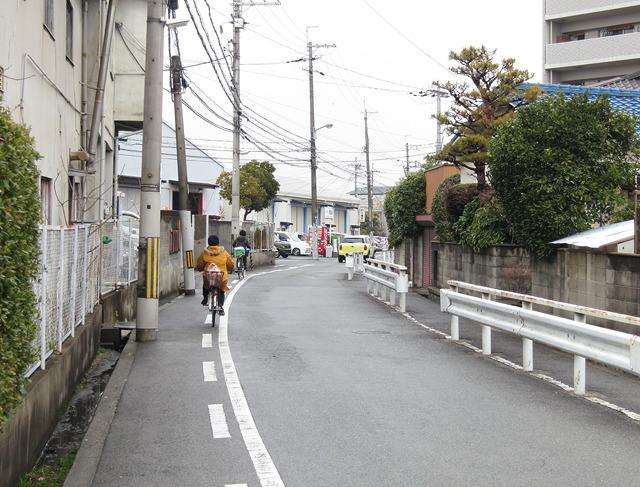とはいえ、目的地周辺は安威川と淀川に挟まれた、細かい水路がぐねぐねと走っている街で、ロードサイド的な風情から急にこういう感じになる。こういうのもすき。
