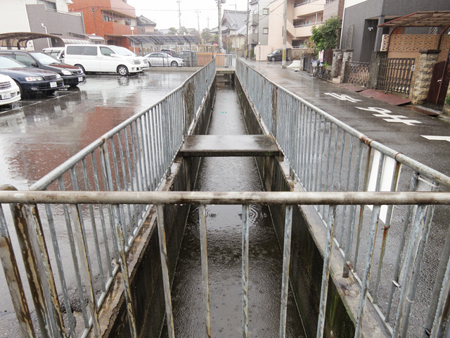 たぶんもとはマイ橋だっただろうものが駐車場になって柵で囲われてトマソン的なものに。
