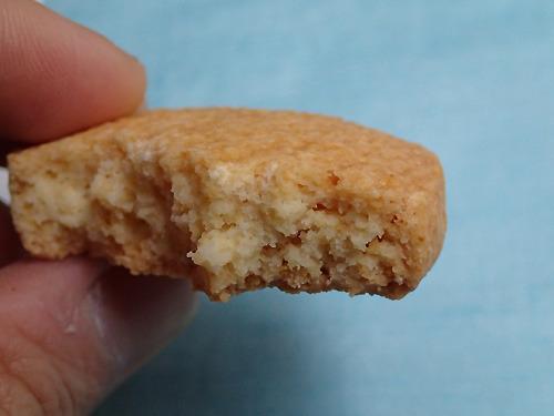 薄力粉で作ったクッキーよりもザクザクした歯ざわりになります。