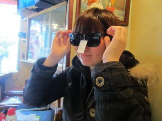 コースケさん購入のサングラス試着中(中華料理店にて)