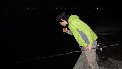 水面を照らして巨大イカを探す