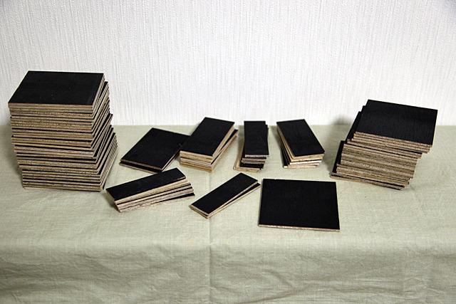 切り出された漢字のパーツたち。ちなみに板の表面が黒く塗装されているのはその辺にあった廃材を使ったから