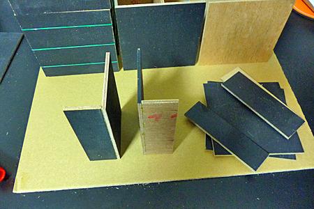 長さの違う板をくっつけてL字のパーツを2組作り
