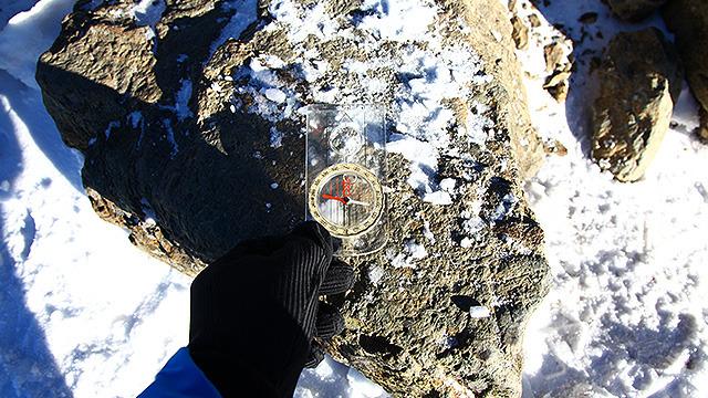 岩にコンパスを当てるために山に登ってきました。