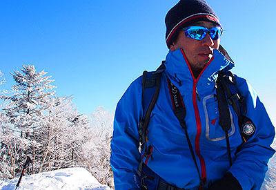 それなりに冬山の装備で登ります。アイゼンは軽アイゼンだけど。