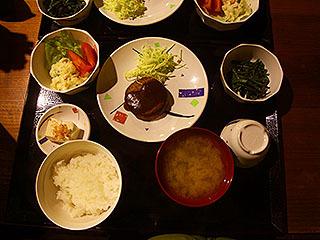 夕飯はハンバーグとか山菜とか。ご飯はおかわり自由。