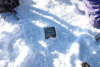これが噂の三角点である。すっかり雪で埋まっていた。