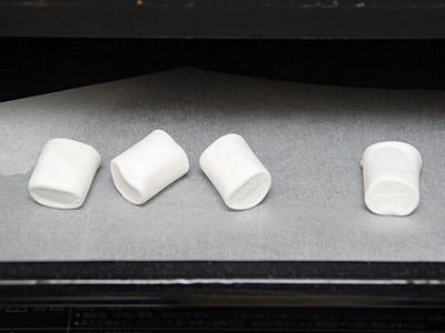 色白のマシュマロを日焼けサロン気分でオーブンへ。