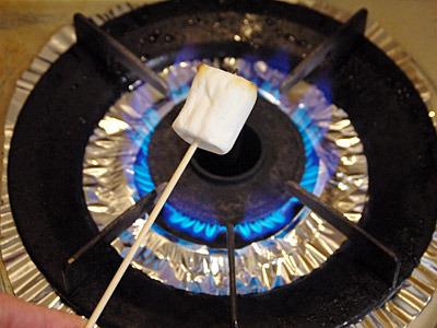 マシュマロは燃えやすいので遠火でじっくりと焼く。