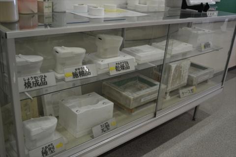 下の方に展示してある白い塊が便器の型だ