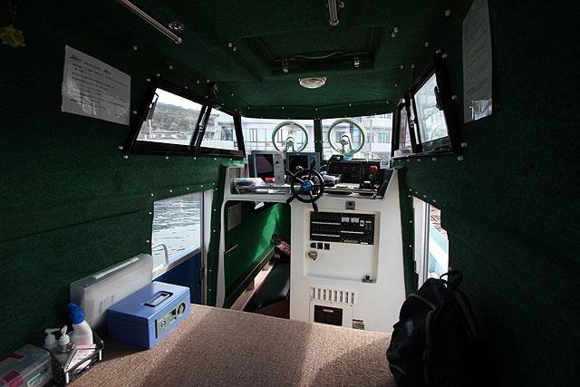 船内。入るといきなり操舵室。そのすぐ後ろのスペースに靴を脱いで上がってもいいとのこと。