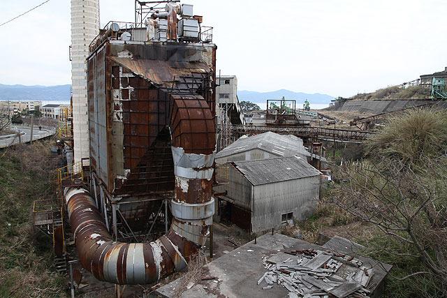 生活環境と廃墟との距離がものすごく近い。(左に写ってる道路に注目)