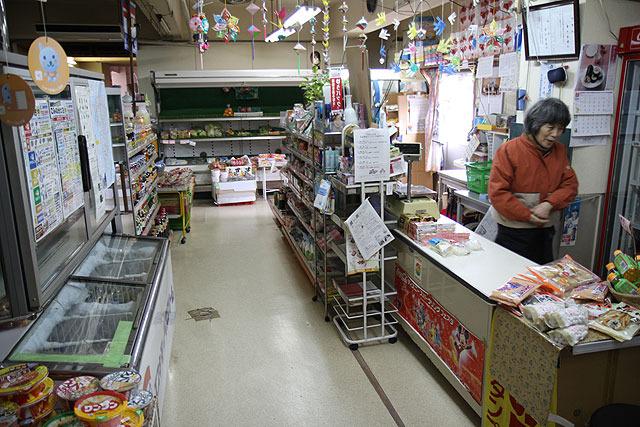 立ち飲み屋の対面には、島で唯一のスーパーが。つまみはここで買える。これもいいね!