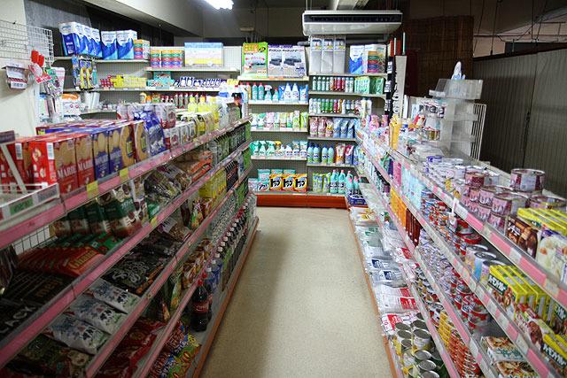 なんでもある系の店内。もちろん小島さんもここで食材などを調達してるという。