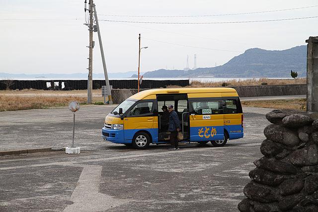 公共の交通機関が一切無い離島も多いが、ここはバスも走っている。