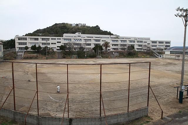 小学校兼中学校。この巨大な校舎に、生徒がたった7人しかいない。