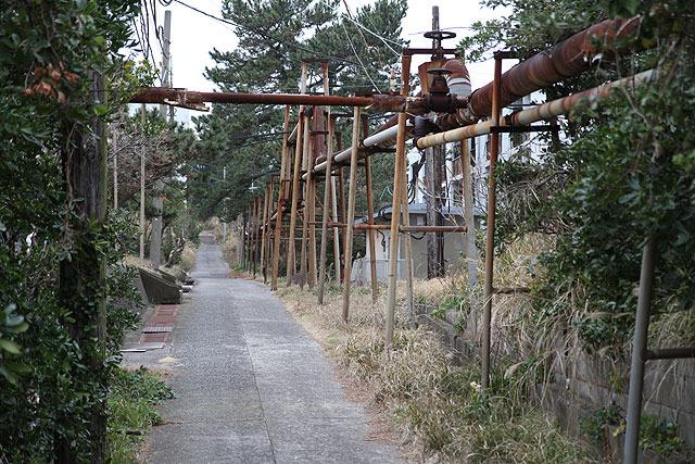 島のいたるところにこうした配管が見られる。火力発電所で作った蒸気をこれで分配していたとのこと。これがまた独特の景観を生み出している。