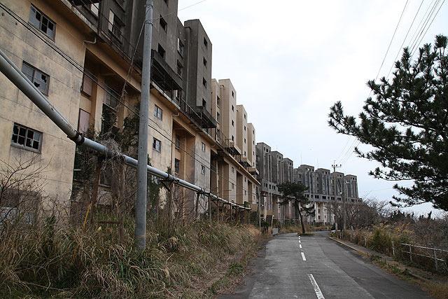 立ち並ぶ8階建ての建物。これらもすべて廃墟。