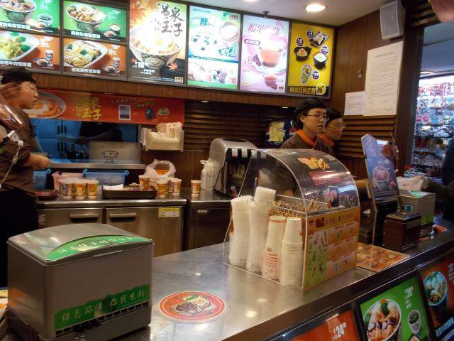 吉野屋にはおでんまである。日本の吉野屋でも食べたい。カウンターで。