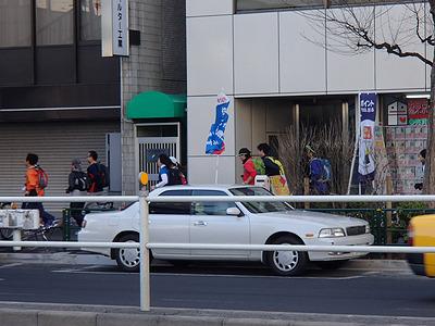 東京買い食いマラソンの実施日は2月3日。東京マラソン本番を前にコースを試走していると思われるランナーを何組か見かける。