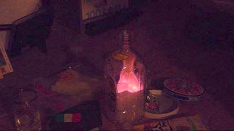 溶けるように瓶に沈む青い炎