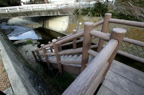 と、いきなり川底へ降りる階段が