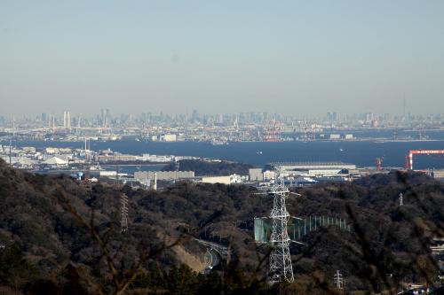 北側は横浜、東京に林立するビル群である