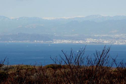 そして山並みの上に白い筋――南アルプスだ!