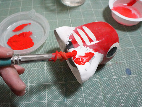 本来の赤べこの赤が出るか不安だったが、アクリル絵の具の「パーマネントスカーレット」色がぴったりで安堵。