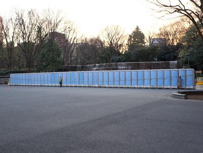 新宿にトイレが並びだすとマラソンの季節を感じる。