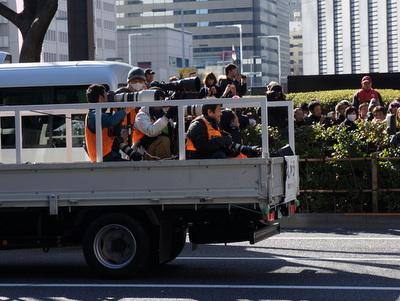 その手前にトラックの荷台に積まれたカメラマン。