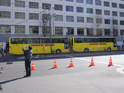 後ろにもさらに2台スタンバイ。東京中のハトバスがコース上に集結していた。