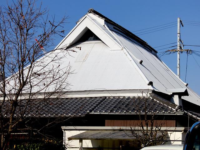 一瞬「雪?!」って思ったこの入母屋屋根(だよね?)。よく見ると…