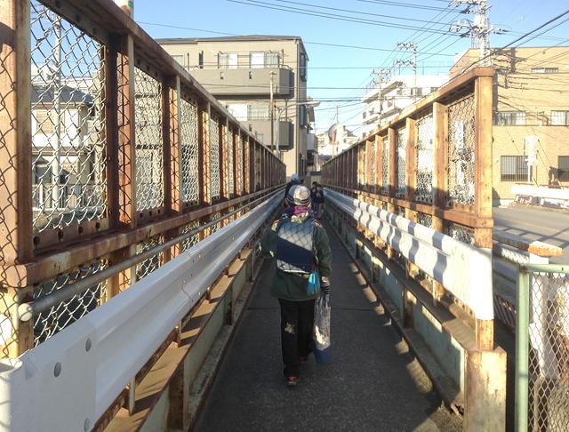狭い跨線橋には下校の小学生。あー、ここよく歩いたなー。