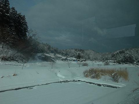 朝、バスのカーテンを開けると雪景色!