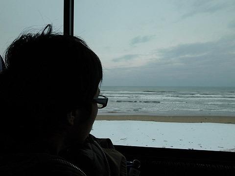 バスから曇天の日本海が見えた
