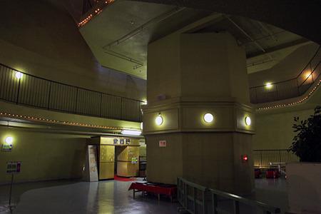 観音像の真ん中をエレベーターシャフトが貫いている