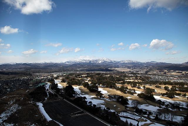 雪を被った山と住宅地とゴルフ場、外人よこれが日本だ