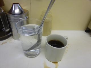 サービスのコーヒーを飲み思いを馳せる。