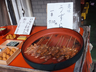 稲荷大社のすぐそばにありながら、いなり寿司よりもずっとハバをきかせている存在、ウズラ