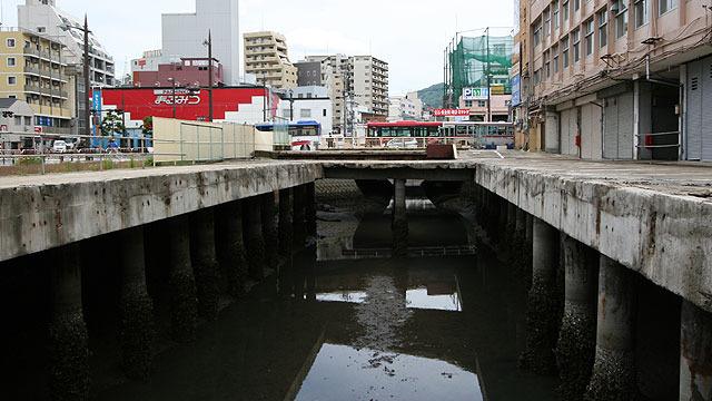 暗渠(川にフタしたところ)をオープンし、川に戻す作業が進められている。