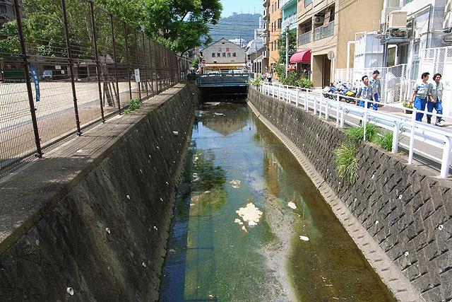 川の先に暗渠がある。