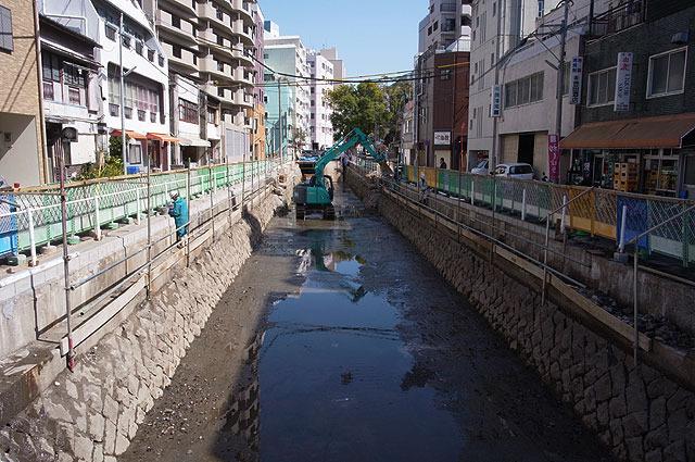 あれだけ生活感満載だった場所が川という真逆の光景に変わった。