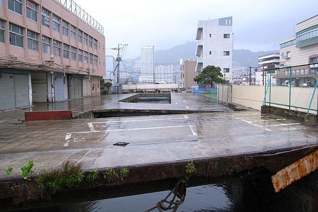 まず上の建物が撤去され、