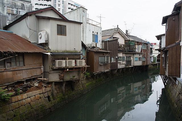 市場を抜けると川になっている。