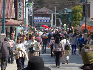 ちょうど山伏の一団が高尾山から祭場に向かうところのようだ。