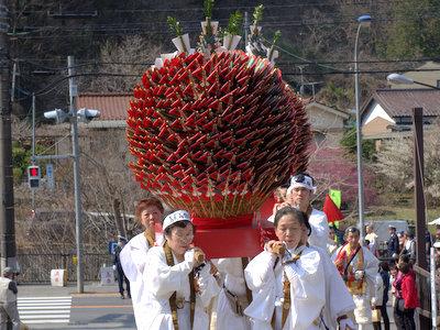 このでっかい赤いのは梵天札と呼ばれるもので、希望者には祭り後500円で授与される。