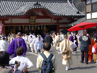 祈祷殿の前で祈祷をする山伏&僧侶の方々。